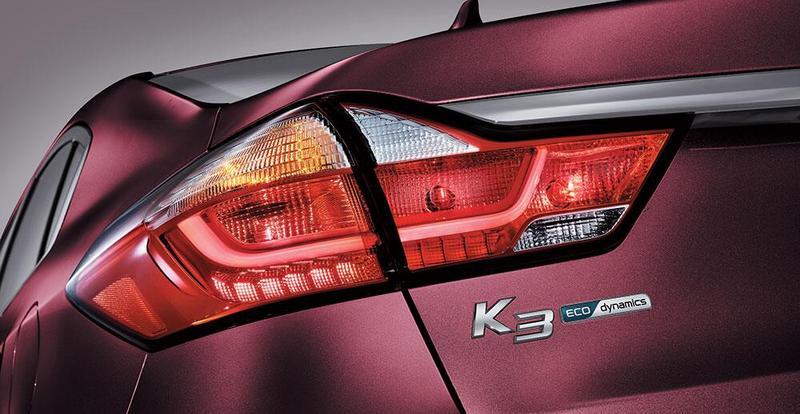 车身尾部,led组合尾灯搭配镀铬装饰,简单大方.